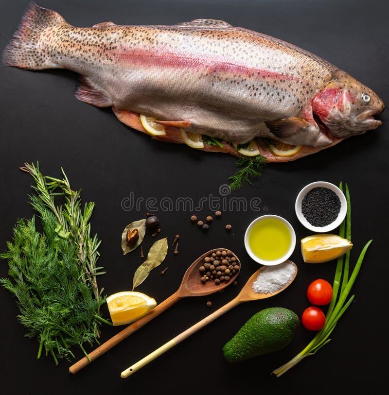 整体充塞了未加工的新鲜的鳟鱼 免版税库存照片