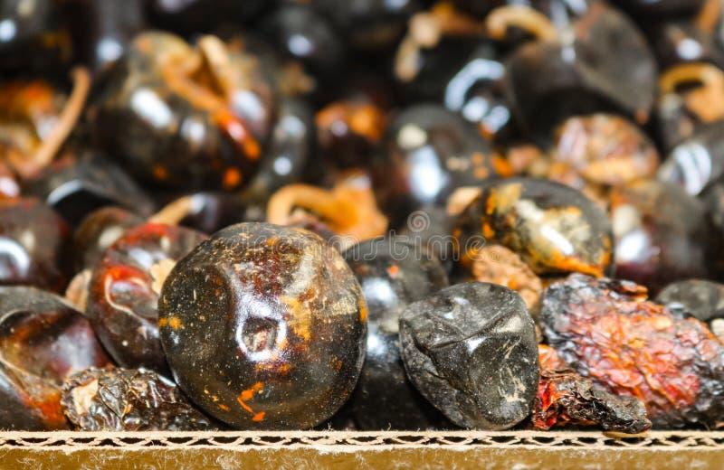 整体干智利Cascabel或吵闹声在纸板箱的辣椒在墨西哥市场-选择聚焦上 免版税库存图片
