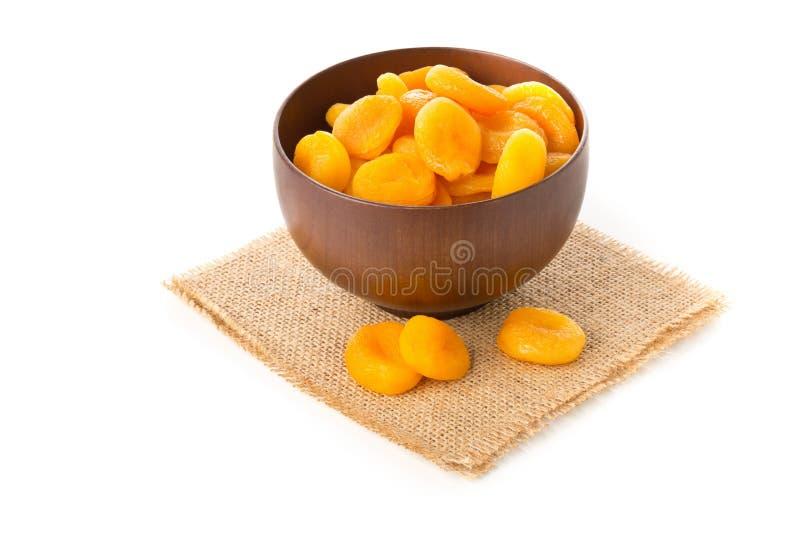 整体杏干在白色的木碗结果实 库存照片