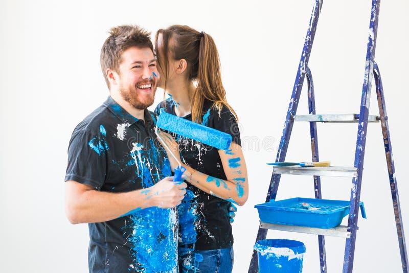 整修、修理和家庭观念-做修理的一对年轻夫妇在新的家 免版税库存图片