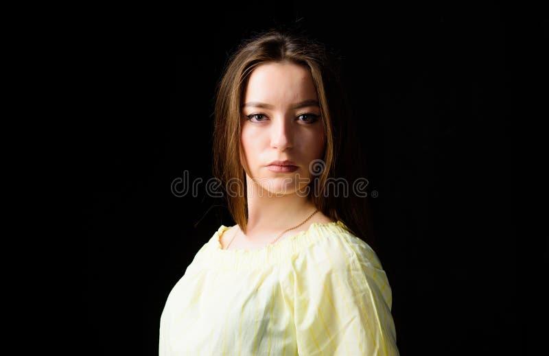 整容术和秀丽 每日简单的构成 有吸引力的妇女长发画象  r 发光与 免版税库存照片