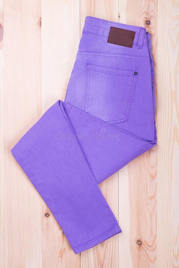 整洁地被折叠的淡紫色牛仔裤 免版税库存图片