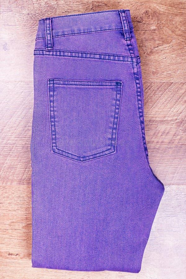 整洁地被折叠的淡紫色裤子 库存照片