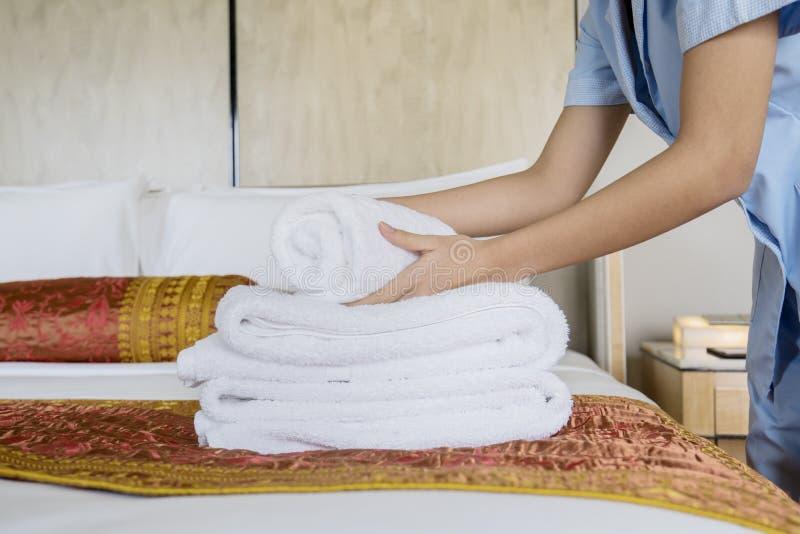 整理在床单的女性佣人毛巾 库存图片