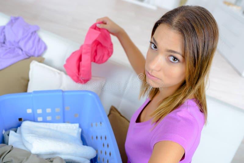 整理洗衣店的妇女 免版税图库摄影