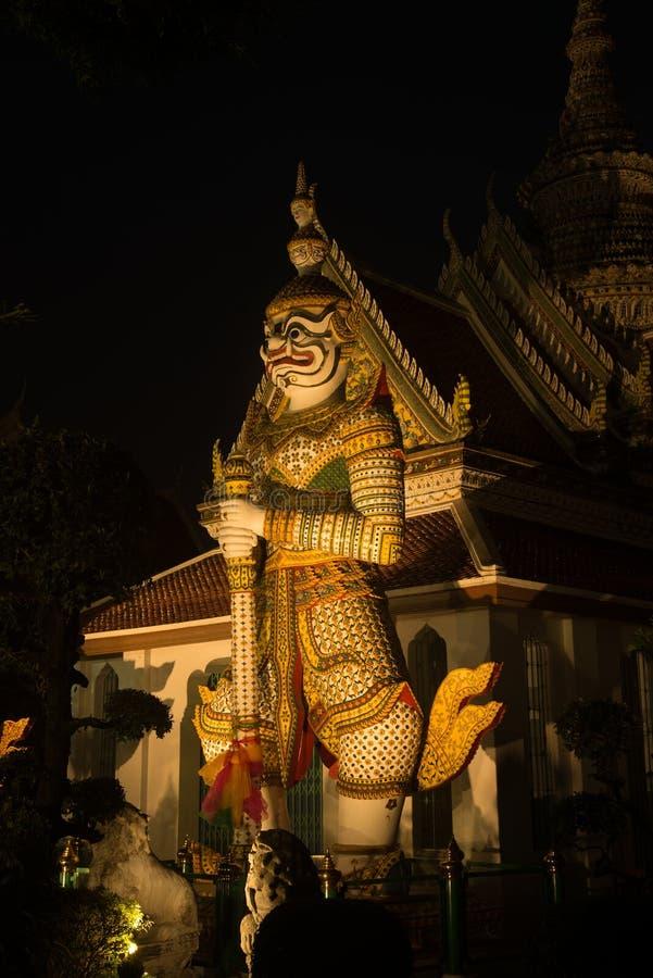 `整理霍尔`的正门的夜场面泰国巨型监护人在黎明寺Ratchawararam 免版税图库摄影