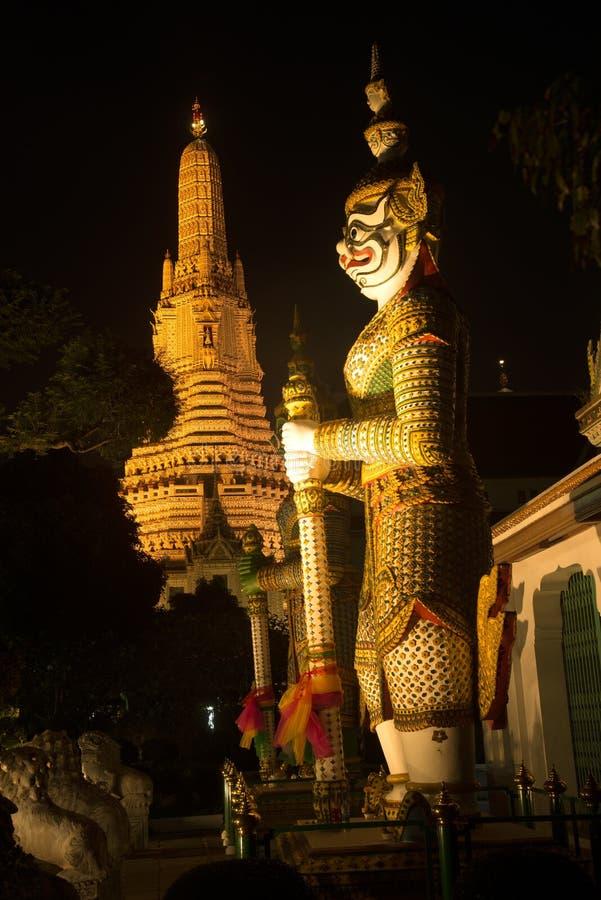 `整理霍尔`的正门的夜场面泰国巨型监护人在黎明寺Ratchawararam 库存照片