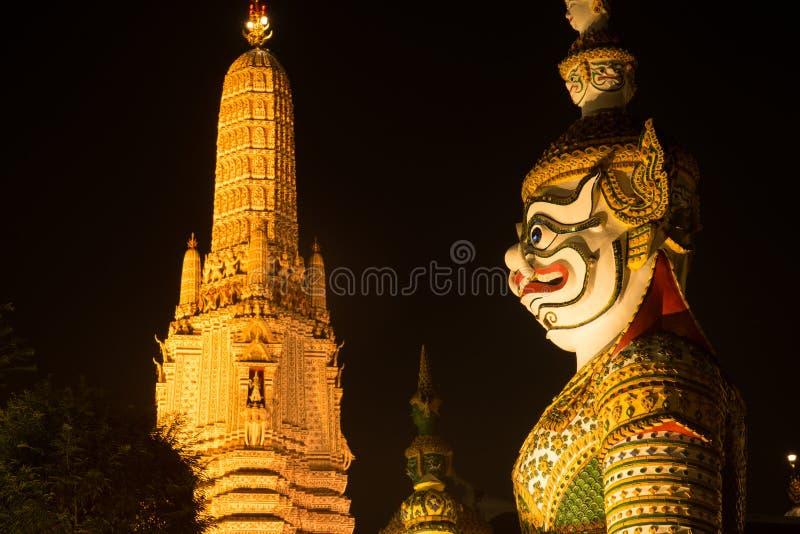 `整理霍尔`的正门的夜场面泰国巨型监护人在黎明寺Ratchawararam 免版税库存照片