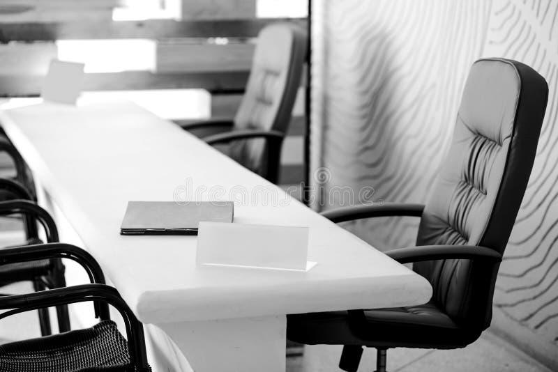 文件夹和板材在书桌上在空的会议室或会议室里 免版税库存照片