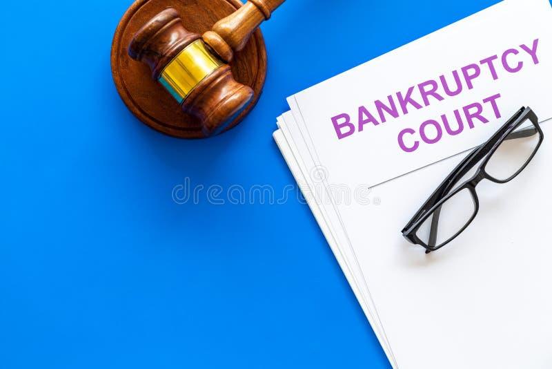 文件标题在蓝色背景顶视图拷贝空间的破产法庭近的法官惊堂木 免版税库存照片