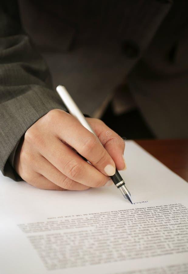 文件签署的妇女 免版税库存图片