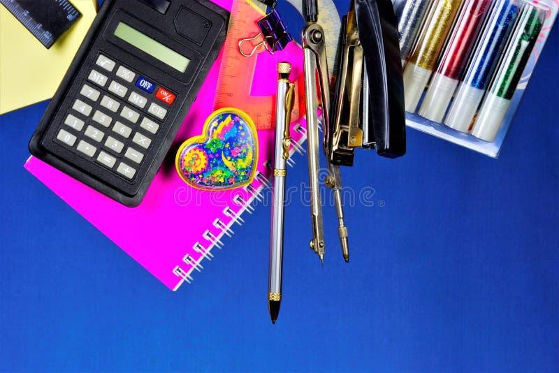 文具为学校和办公室是普遍的 为书信和处理使用的消费品纸张文件:计算器, 图库摄影