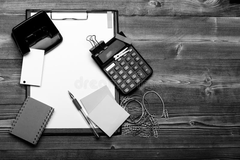 文具和计算器 名片和黏合剂在稠粘的笔记附近 库存照片