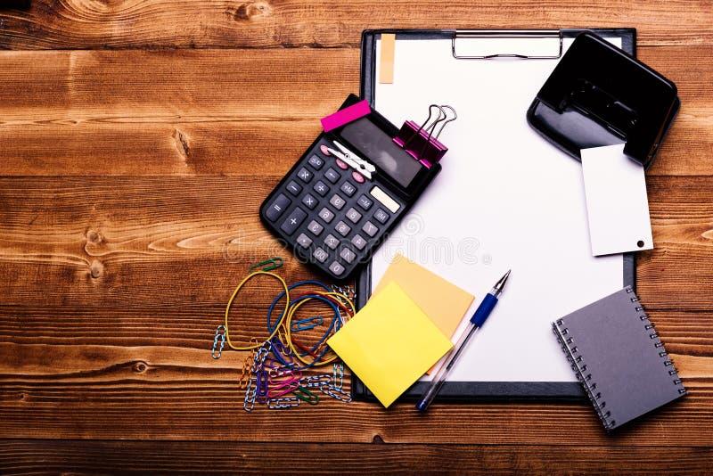 文具和计算器 名片和黏合剂在稠粘的笔记附近 图库摄影