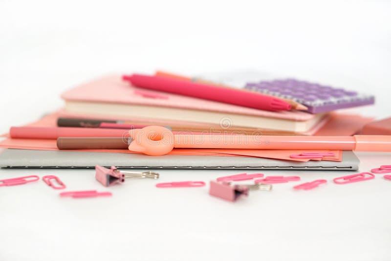 文具构成 r 纸板料笔记薄书写笔橡皮擦夹子计算器 库存图片
