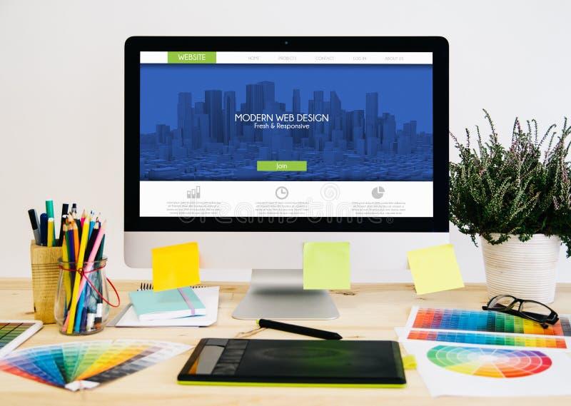 文具桌面网站设计 免版税库存图片