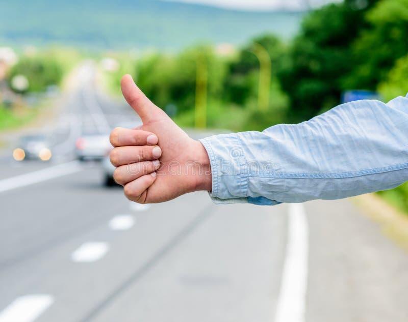 文化差异 赞许通知搭车的司机 但是在一些文化打手势将被杀害的进攻风险  免版税库存照片