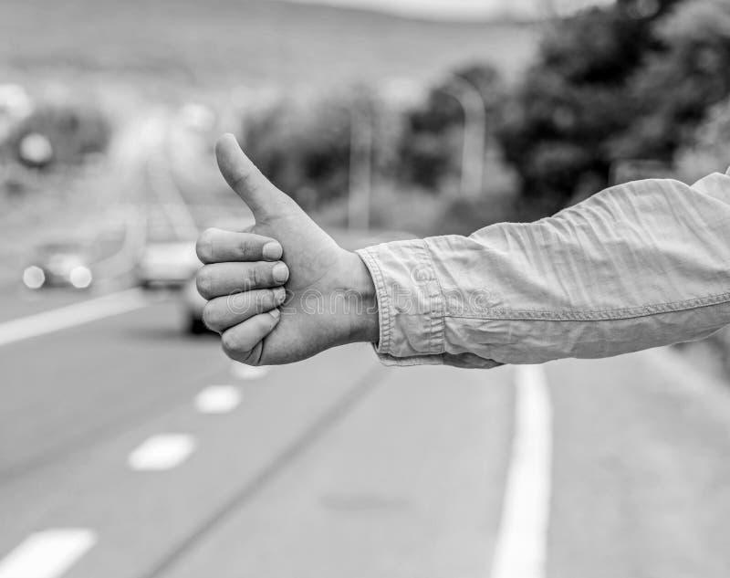 文化差异 赞许通知搭车的司机 但是在一些文化打手势将被杀害的进攻风险  免版税图库摄影