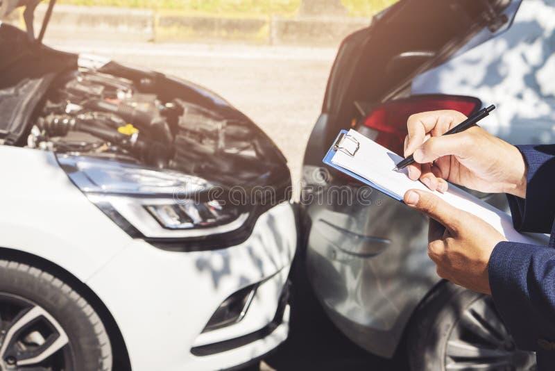 文字侧视图在剪贴板一会儿保险代理公司审查的汽车的在事故以后 免版税库存照片