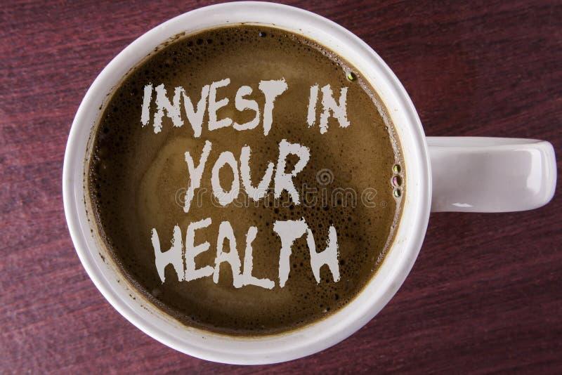 文字笔记陈列在您的健康投资 企业照片陈列花费在个人书面的医疗保健预防测试的金钱 免版税库存照片