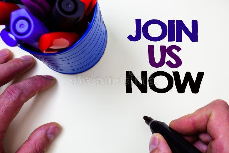 文字笔记陈列现在加入我们 企业照片陈列在社区记数器注册在网站或形成新兵蓝色笔举行 库存图片
