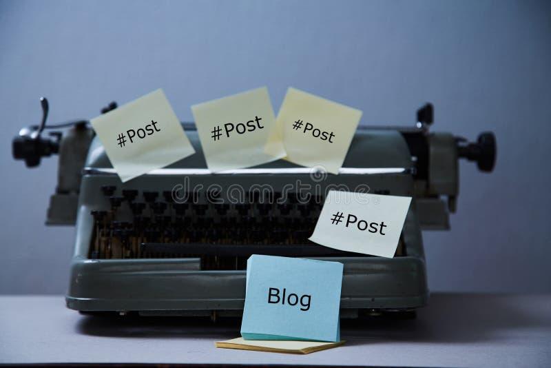 文学写博克,博克和博客作者或者社会媒介概念:老打字机和贴纸 库存照片