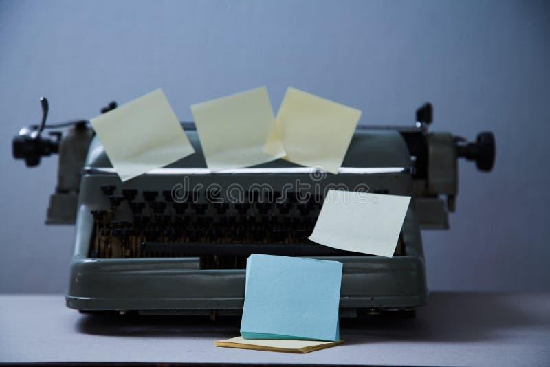 文学写博克,博克和博客作者或者社会媒介概念:老打字机和贴纸 免版税库存照片