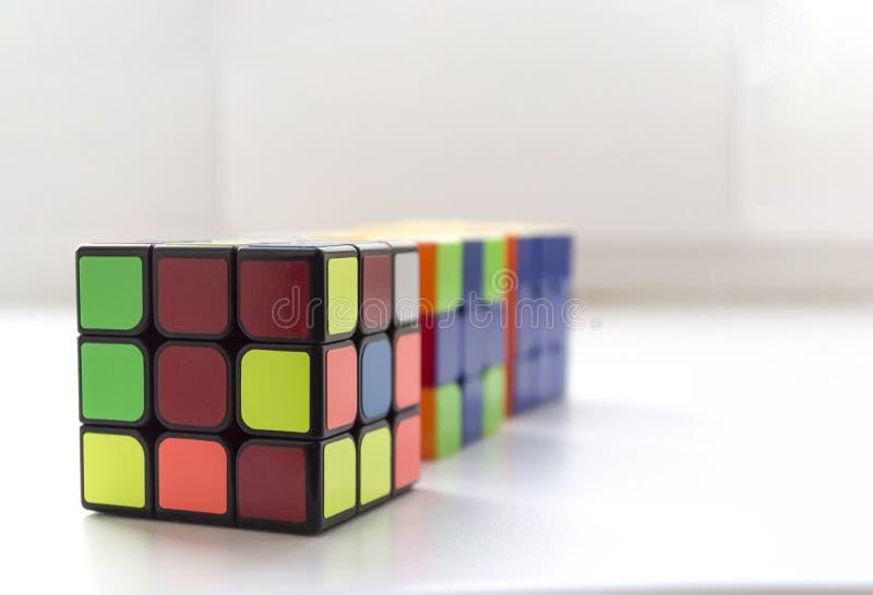 文尼察,乌克兰- 2018年3月24日Rubik在白色后面的` s立方体 免版税库存图片