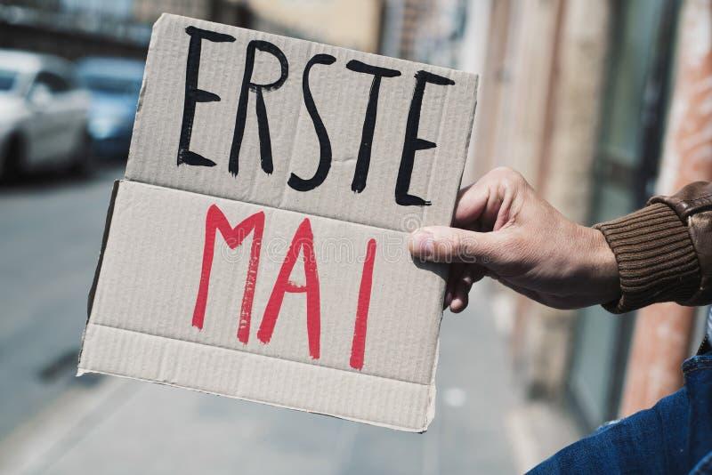 文本劳动节用在纸板牌的德语 免版税库存照片