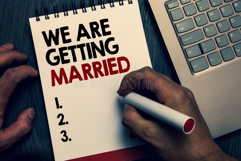 文本我们结婚的标志陈列 概念性照片订婚婚礼准备爱恋的夫妇文字和数字o 库存图片
