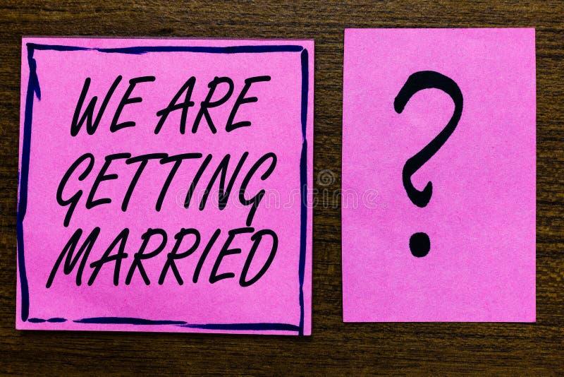 文本我们结婚的标志陈列 概念性照片订婚婚礼准备爱恋的夫妇紫罗兰色颜色黑色排行了s 库存图片