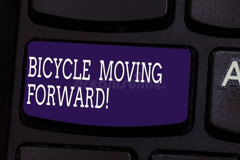 文本标志前进陈列的自行车 保持您的平衡的概念性照片,您必须继续前进键盘 库存照片
