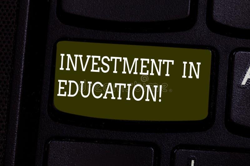 文本标志在教育的陈列投资 概念性照片获得将增加赢得键盘键的知识 免版税图库摄影