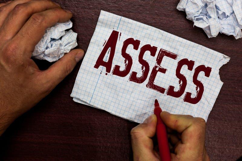 文本标志陈列估计 概念性照片评估或估计产品服务人的自然能力质量 免版税库存图片