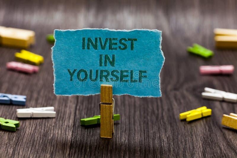 文本标志陈列在你自己投资 概念性照片改进您的技能路线做大师奖学金夹子标志想法s的作为 免版税库存图片