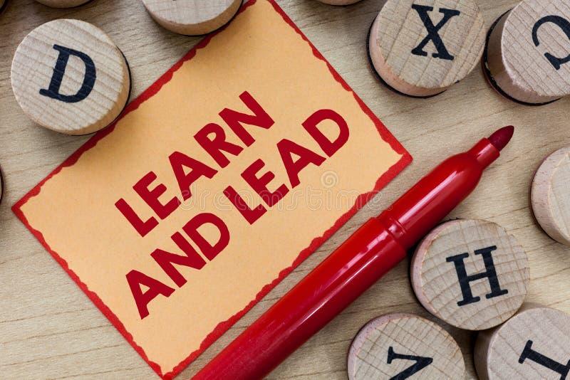 文本标志陈列学会并且带领 概念性照片改进技能和knowleadge为领导适合 免版税库存图片