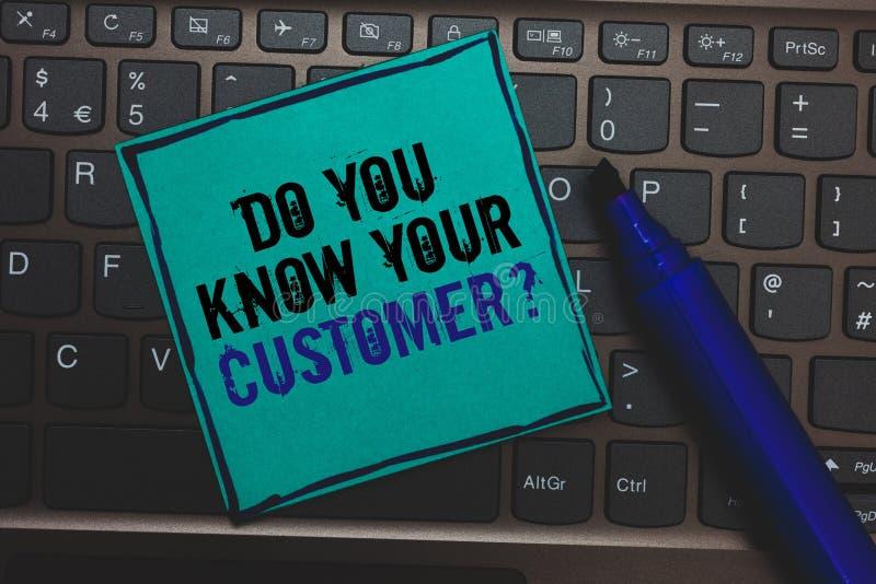 文本标志陈列您认识您的顾客问题 概念性照片有客户喜欢有com的观点巨大的按钮 免版税库存图片