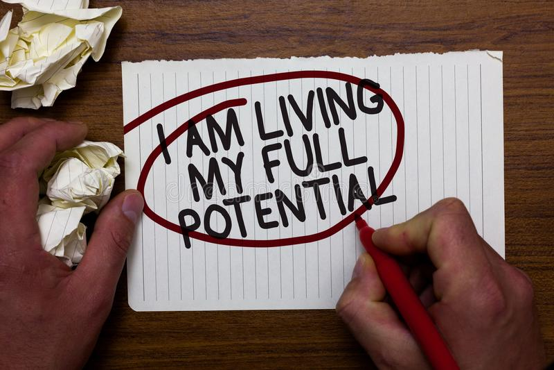 文本标志陈列我居住我的潜能 接受机会的概念性照片使用技能能力手举行纸l 库存照片