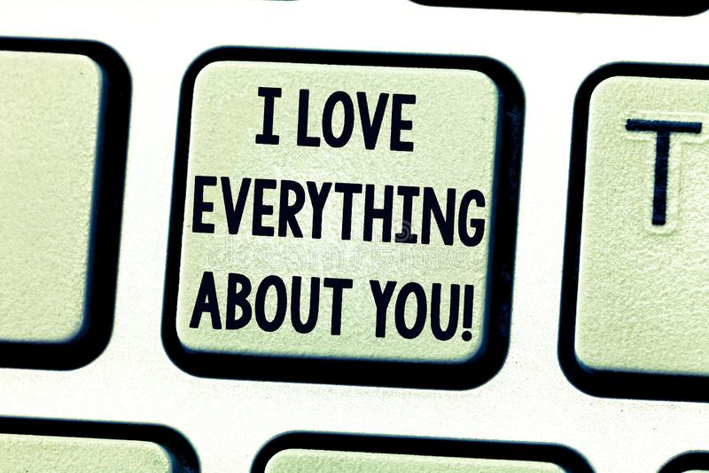 文本标志陈列我爱一切关于您 表达概念性的照片roanalysistic感觉和情感键盘 免版税图库摄影