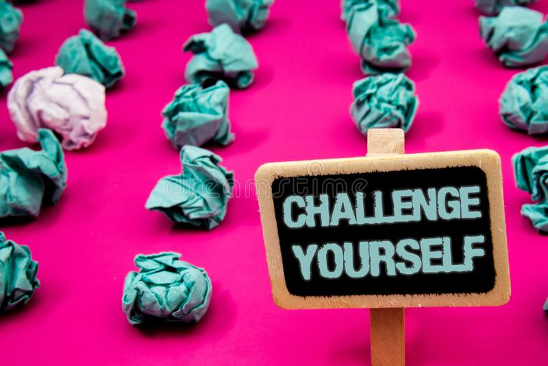 文本标志陈列挑战  概念性照片克服有w的信心强的鼓励改善胆敢黑板 免版税库存照片