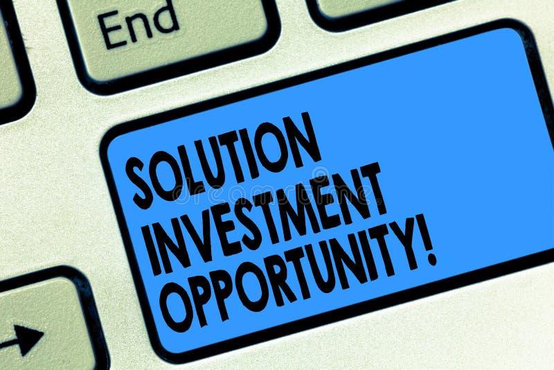 文本标志陈列解答投资机会 在承担企业键盘前的概念性照片战略 免版税库存图片