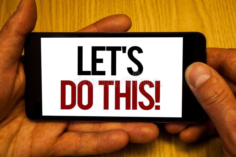 文本标志陈列让我们做这个诱导电话 概念性照片鼓励开始事激动人心两只手举行 免版税库存照片