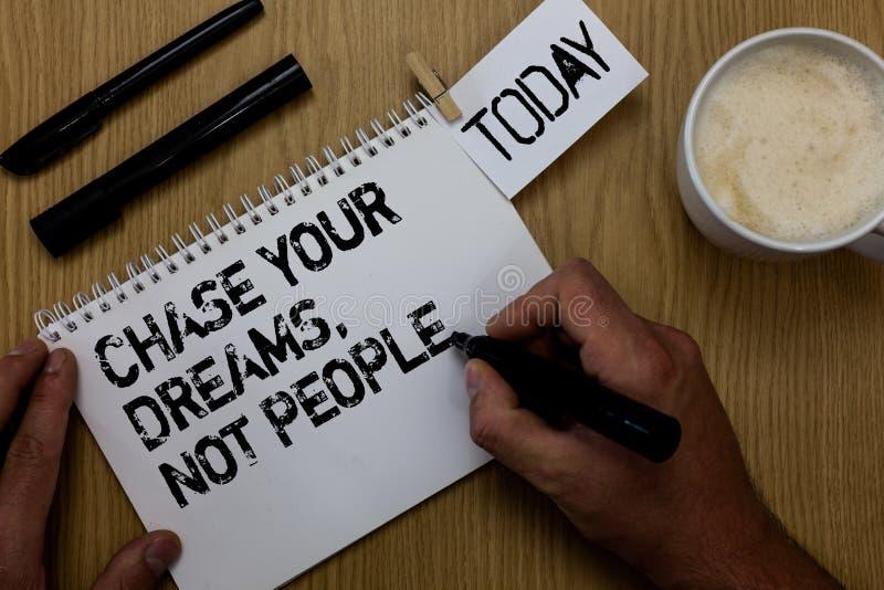 文本标志陈列追逐您的梦想,不是人们 概念性照片不跟随追逐目标宗旨的其他 免版税库存图片