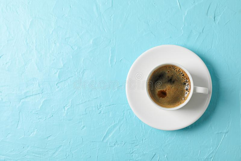 文本的咖啡与泡沫的在颜色背景,空间和顶视图 免版税库存图片