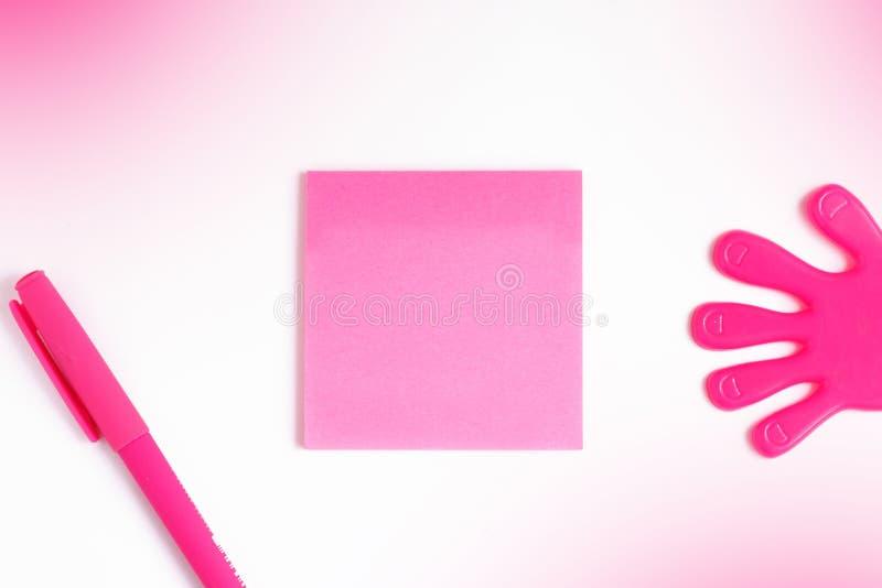 文本的在一个桃红色贴纸,文字的模板,在纸片的桃红色笔空间写的旁边,在粉色 免版税库存图片