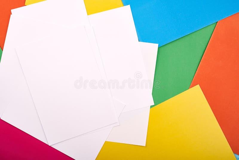 文本的白皮书在与色的纸板的背景 学龄前工艺孩子概念 库存照片