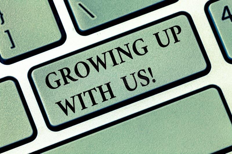 文本长大与我们的标志陈列 概念性照片提供的帮助协助做您的事务生长键盘键 库存照片