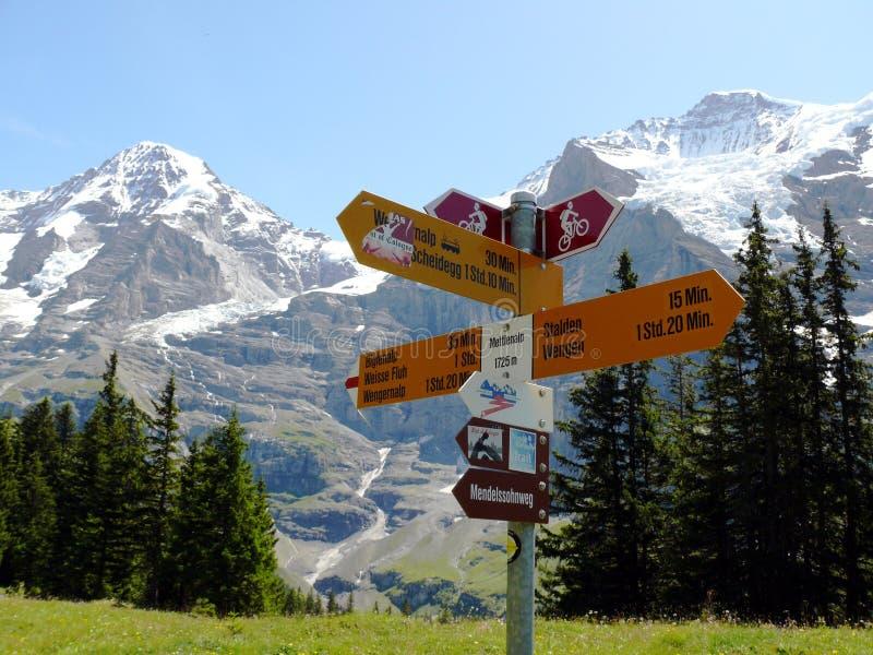 文根,瑞士 08/04/2009 表明山t的路标 图库摄影