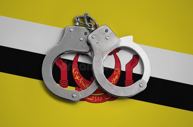 文莱达鲁萨兰旗子和警察手铐 法律在国家和保护的遵守的概念免受罪行 皇族释放例证