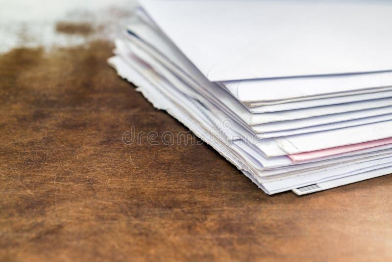 文件和信封在办公室桌上 免版税库存照片